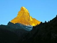 ゴールドに光り輝く神秘の山