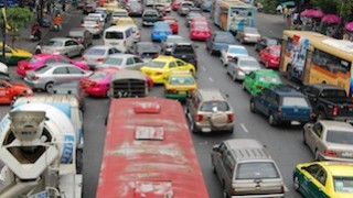 タイ・バンコクのカラフルすぎる大通り