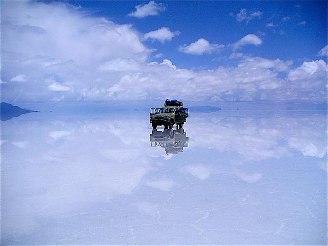 言葉にならない美しさ!湖面に宿る神秘「ウユニ塩湖」