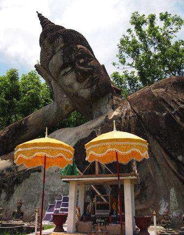 不思議すぎる巨大仏像が集まった、「ラオス」の公園