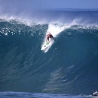 冬のハワイ・ノースショア、世界最高峰「波のトンネル」に乗ったのは誰だ?