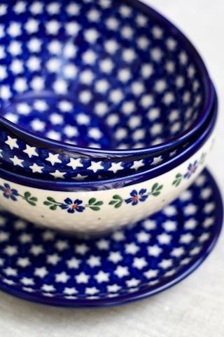 【人気急上昇】贈り物にも最適、ディスプレイもOKなポーランド陶器