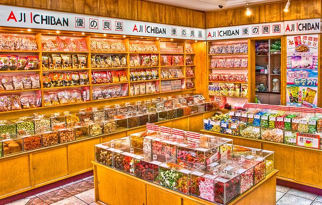 日本人ならツッコミせずにはいられない、香港の菓子店「優の良品」