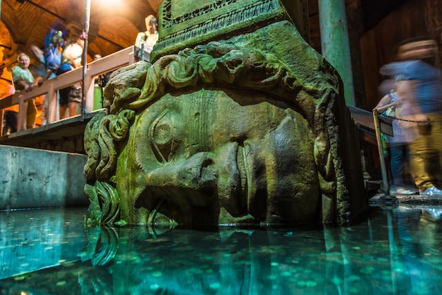 地下で封印された、メデューサの首の謎