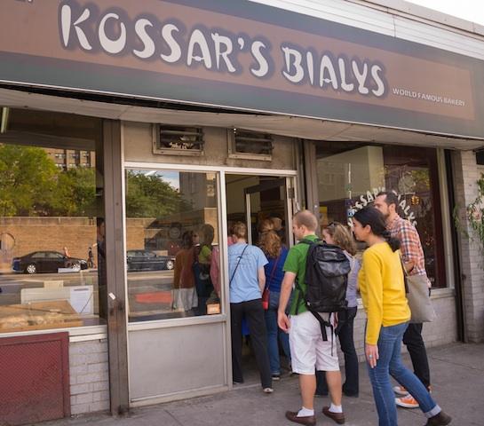 【NY】ユダヤ式ベーカリーの老舗、「茹でないベーグル」ビアリーの店