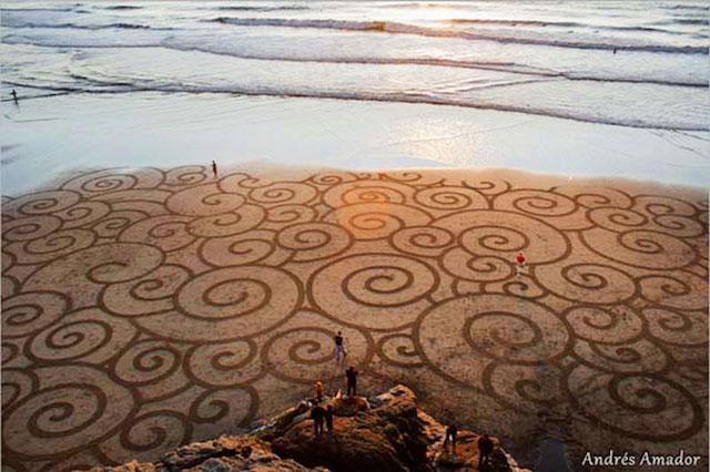 【カリフォルニア】数時間で消えゆく砂浜の儚いアートが美しすぎて切なくなる!