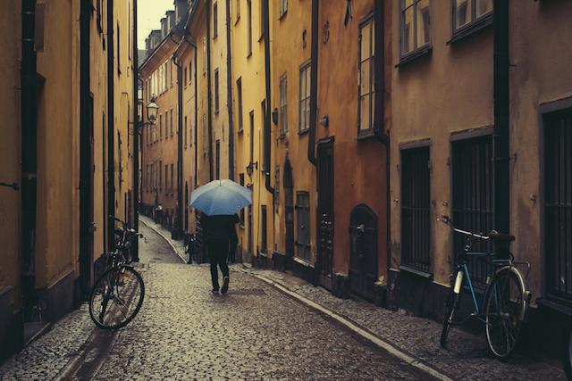 外国人は雨が降っても傘をささない?!北欧の傘事情
