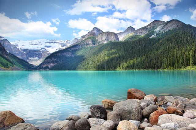 氷河から生まれた宝石のような湖「ルイーズ湖」