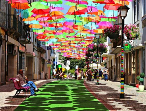 その光景はまるでファンタジーの世界。傘を使った世界のお祭りTOP3!
