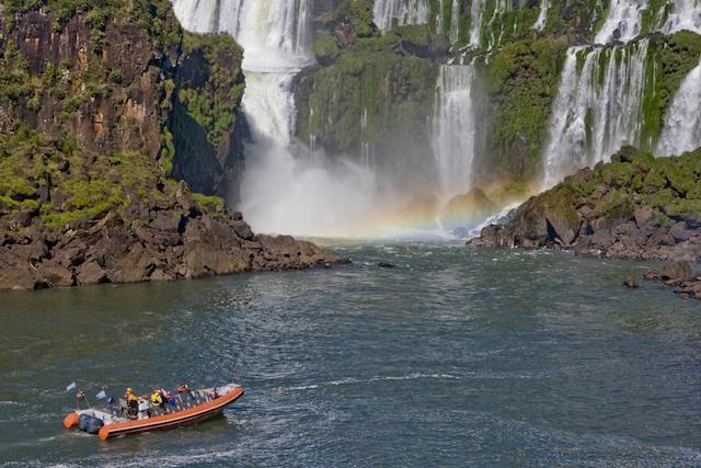 ボートとイグアスの滝