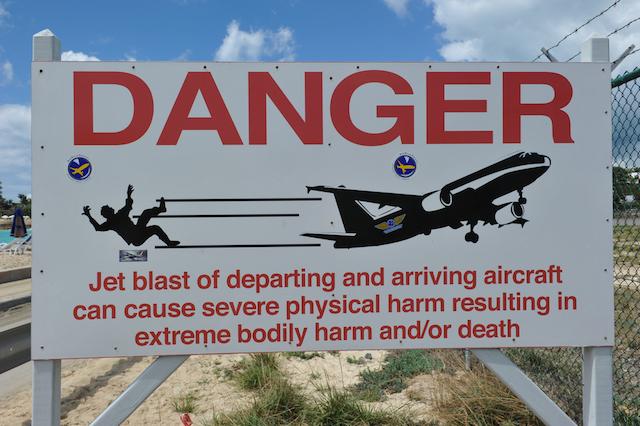 ど迫力!頭上を通過する飛行機が世界一近い「マホビーチ」がすごい