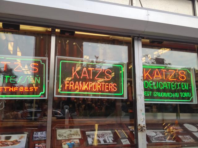 肉好きにはたまらない、ジューシーなパストラミ・サンドイッチ Katz's Deli/カッツ・デリ