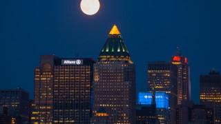 【写真】華やかな世紀の競演。スーパームーンとマンハッタン摩天楼