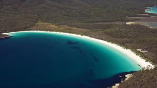 優美な孤を描く砂浜、オーストラリアのワイングラスベイ