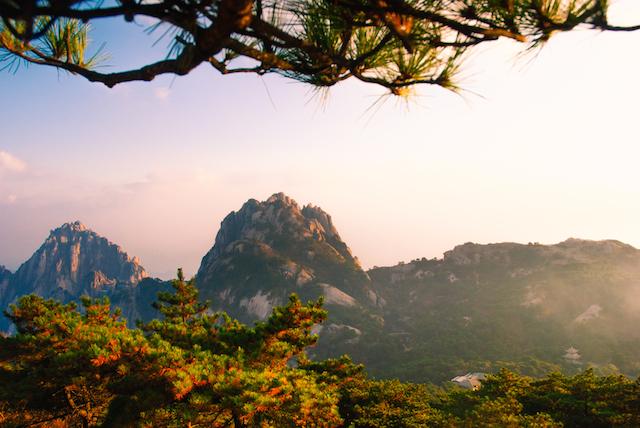 赤に染まる万里の長城。中国で見たい秋景色7選