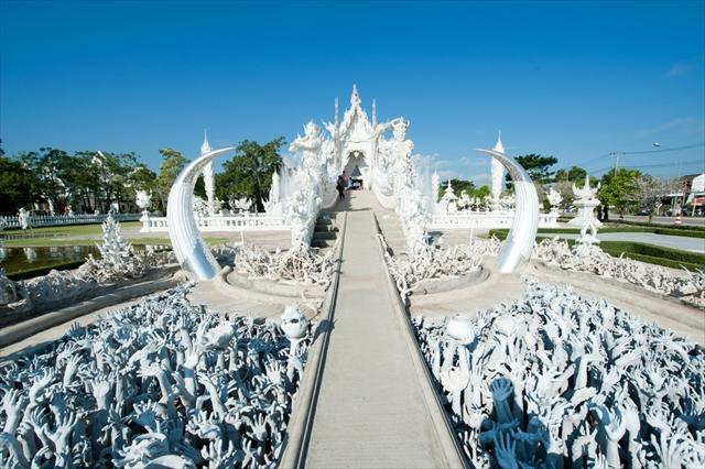 これぞチェンライの仏教美術!天国と地獄の純白寺院「ワットロンクン」