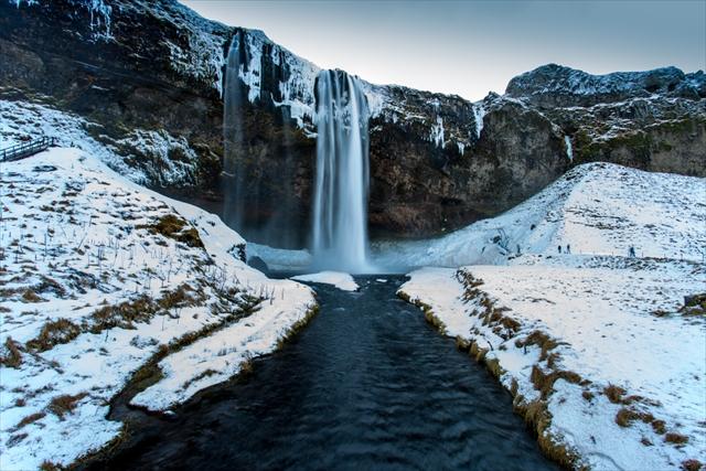 思わず現実かどうか疑う幻想的な風景「セリャラントスフォスの滝」