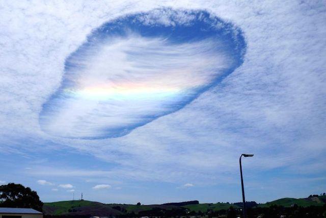 まるで神様のいたずら!ぽっかり開いた空にかかった虹が神秘的すぎる