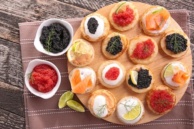 【世界のおつまみレシピ】ロシア生まれのオシャレな塩味ミニパンケーキ「ブリニ」