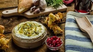 ワインが進みそう!チーズを焼くだけでできちゃう、簡単チーズフォンデュ