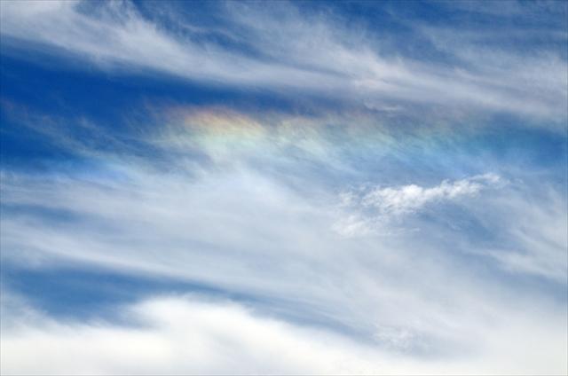 都内にも出現!見るといいことが起こりそうな、雲が虹色に染まる「彩雲」