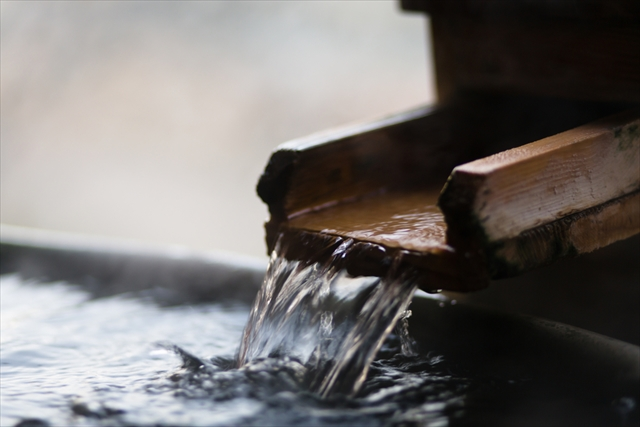 千のかまくらに蝋燭の火が揺らめく幻想的な雪景色  湯西川温泉「かまくら祭」