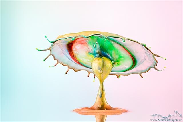 一瞬のしずくが無限のアートに。一期一会の液体アート
