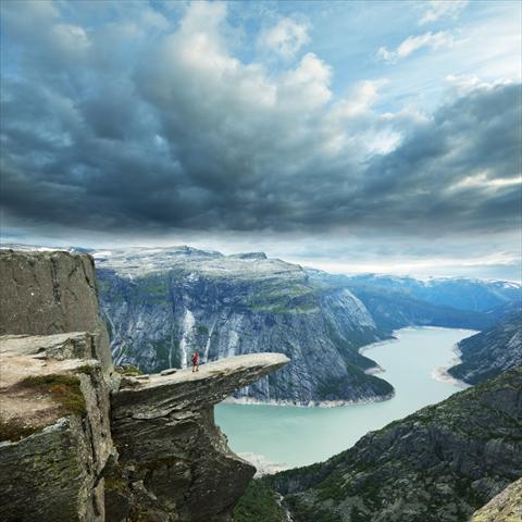 彼女の希望に答えて。岩の崖ぷっちでプロポーズした男性のお話