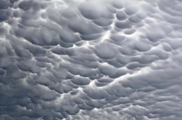 モコモコの雲が面白い…けれど実は危険な「乳房雲」