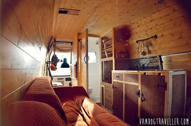 夢を詰め込んで!改造バンに暮らし旅する男の物語