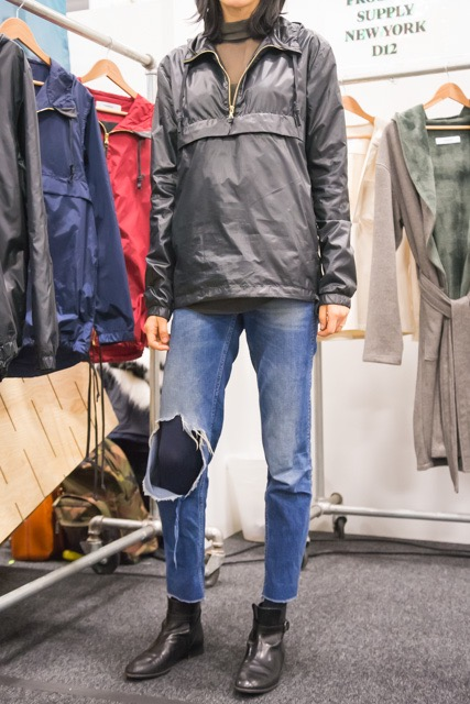 【ファッションテク】ダメージ・ジーンズ+柄ストッキングが新鮮!