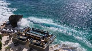 【バリ】足元は断崖?!砕け散る波しぶきが爽快な絶景バー
