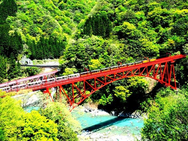 全長20.1km!日本最深のV字峡谷トロッコ電車の旅