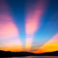 夕空に見える謎の光線の正体に迫る!