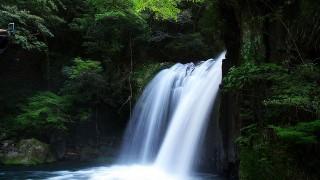 天然ミストで潤いたい!清涼感のある美しい滝