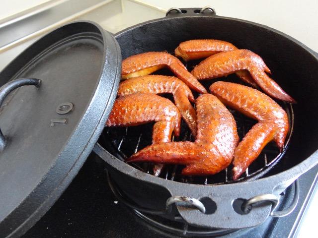 アウトドアでもキッチンでも!ダッチオーブンで作る絶品燻製レシピ