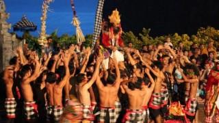 【バリ島】「チャ!チャ!チャ!」上半身裸で踊る「ケチャダンス」が面白い