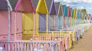 カラフルすぎるイギリスのビーチハウス、価格はいくらだと思う?