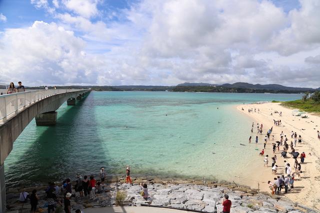 橋で渡れる離島「沖縄・古宇利島」への絶景ドライブ