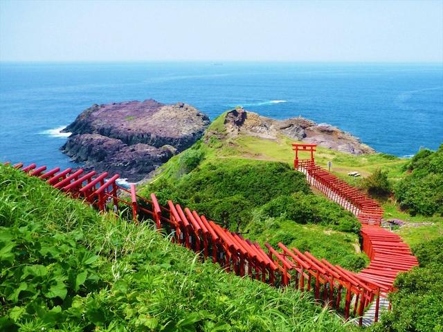 真っ青な日本海と赤い鳥居。海外で話題の海に続く鳥居が神秘的すぎる