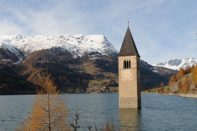 【イタリアの絶景】湖の中に立つ、レジア湖の鐘楼