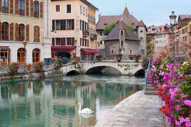 湖沿いのフランスの美しい街アヌシー