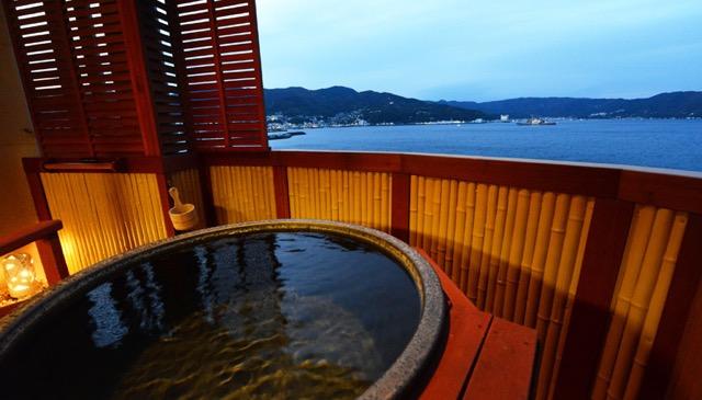 【伊豆】すぐ目の前は海!足湯につかりながら絶景を眺めるバーが伊東に完成!