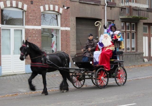 国中がお出迎え!船で旅するオランダ版サンタクロース