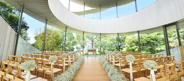 世界が認めた美しさ。新郎新婦を祝福する広島のリボン型チャペル