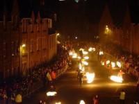 厄を焼きつくす!スコットランドの新年の火の玉祭り