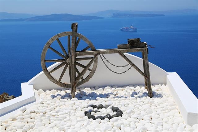 人々を魅了してやまないサントリーニ島。碧と白の三日月が織り成す世界