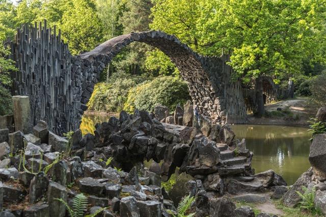 幻想的な円形模様!水の鏡で映し出されたドイツの「悪魔の橋」