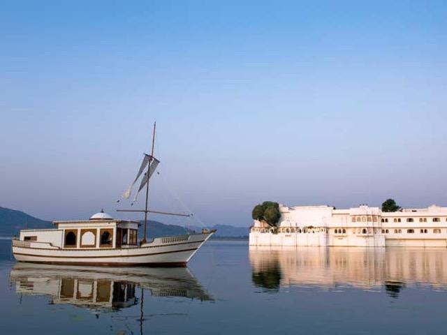 湖に浮かぶ白亜の宮殿ホテル「タージレイクパレス」でマハラジャ体験