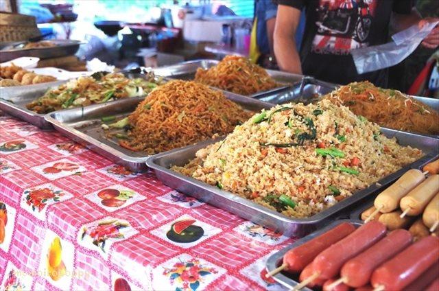 フライドポークが美味しい!ラオスの市場でお昼ご飯